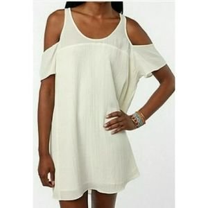 UO SILENCE + NOISE COLD SHOULDER OFF WHITE…